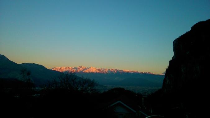 soleil couchant sur la chaîne de Belledonne au dessus de Grenoble. vue depuis le Vercors