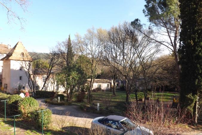 vue sur l'ancien pigeonnier et le jardin d'enfants de villeneuvette