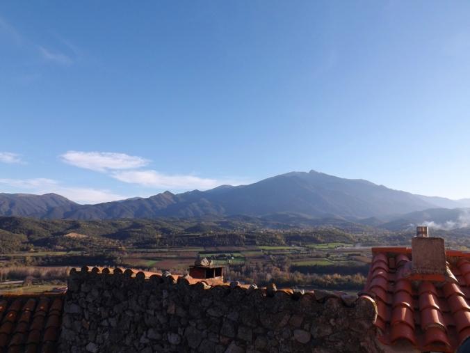 vue sur le Canigou depuis le sommet du village d'Eus