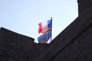 drapeau flottant au sommet du chateau de collioure