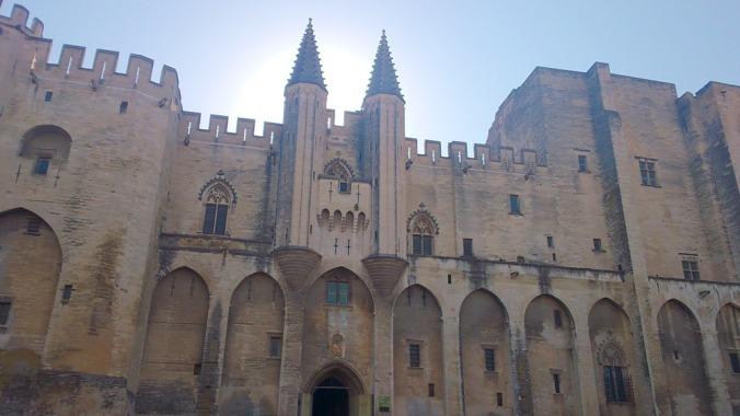 facade monumentale du palais des papes en Avignon