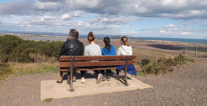 fred et les enfants sur le banc du belvedere du mont saint loup a agde