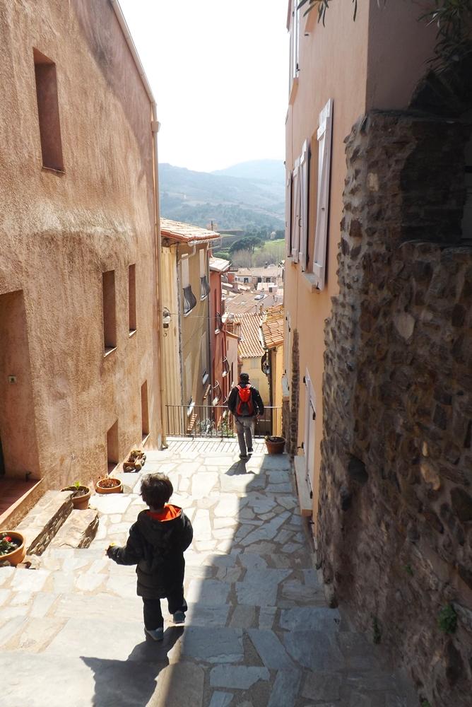 fred et matthieu descendent une ruelle dans le quartier de la more a collioure