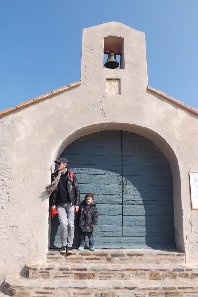 fred et matthieu devant la chapelle st vincent a Collioures
