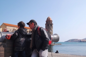 Frederic et Matthieu devant un canon sur la plage de Collioure