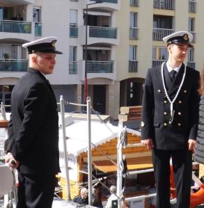 jeunes en uniforme sur le bateau polonais