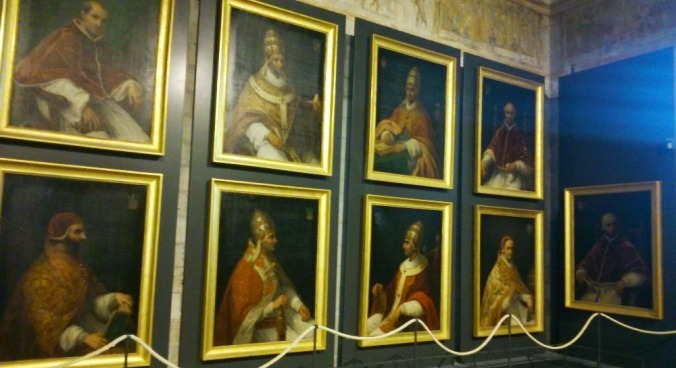 les portraits desp apes ayant reside au palais des papes d'avignon