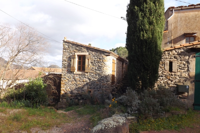 maison en pierre dans le village d'Octon