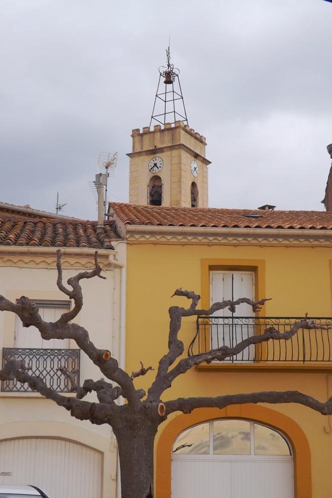 maison et clocher de l'eglise de Bouzigues