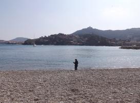 Matthieu au bord de 'eau sur la plage de collioure