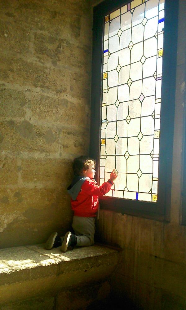 Matthieu devant une fenetre d'une salle du palais des papes avignon