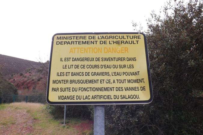 panneau de mise en garde au barrage du Salagou