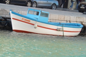 petit bateau de peche sur les quais de sete