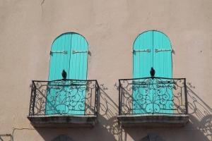 volets bleus et oiseaux en fer collioure