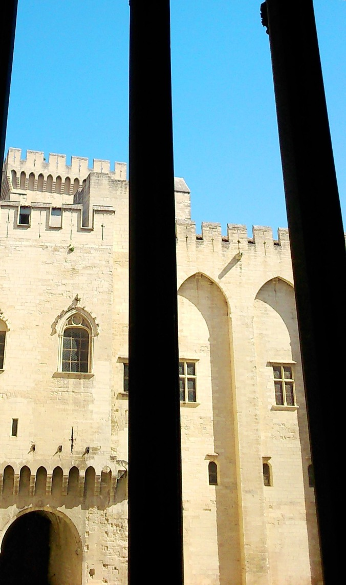 vue sur la cour d'honneur du palais des papes avignon