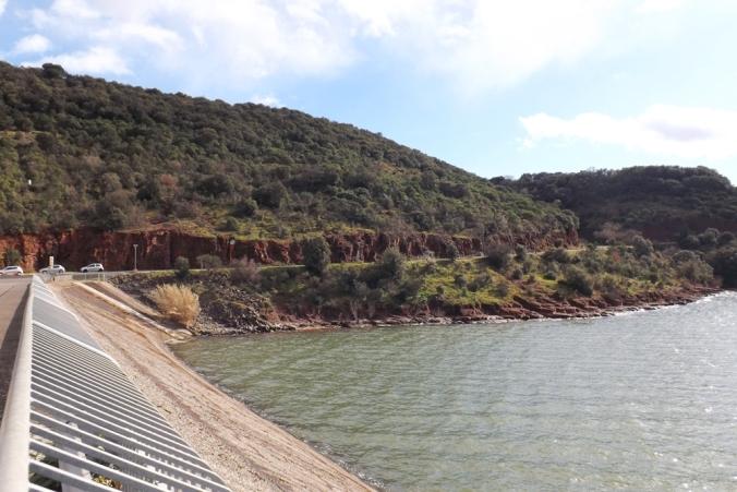vue sur la route depuis le passage sur le barrage du salagou