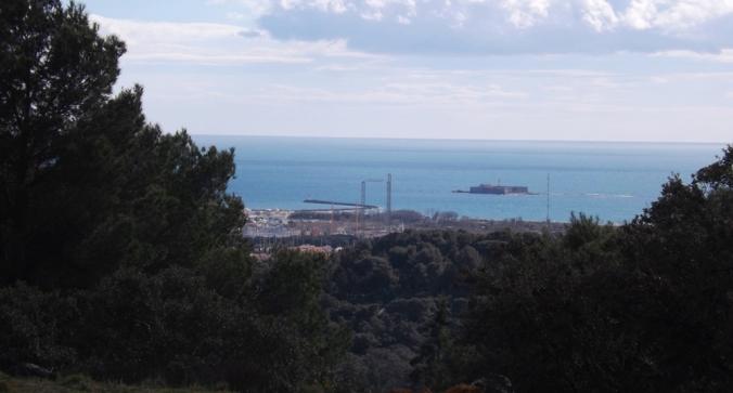 vue sur le fort brescou depuis le mont saint loup agde