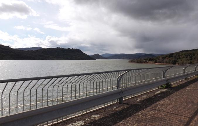 vue sur le lac au barrage du salagou
