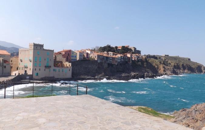 vue sur les falaises du quartier du Mouré a Collioure