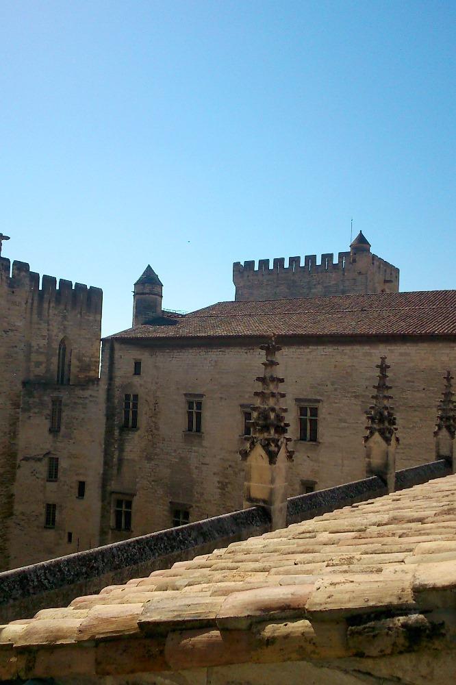 vue sur les toits et les facades donnant sur la cour d'honneur du palais des papes avignon