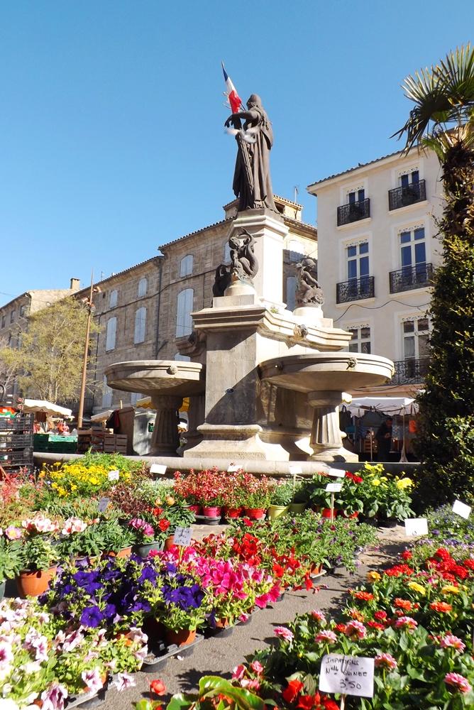 fleurs marche pezenas devant la fontaine