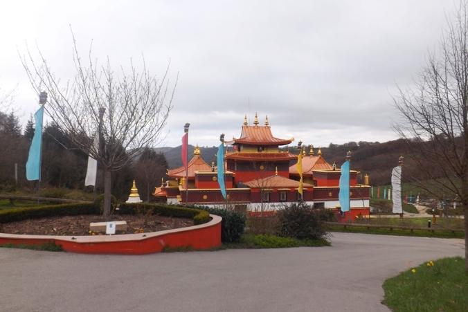 temple lerab ling et drapeaux