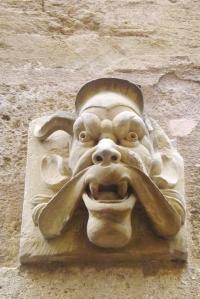 tete sculptee facade pezenas