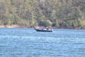 barque sur le lac de pont de salars