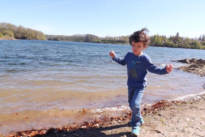 matthieu au bord de l'eau