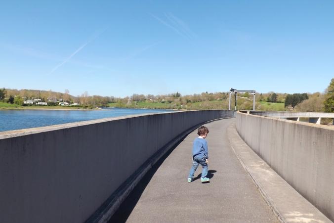 matthieu sur le barrage du lac de pont de salars