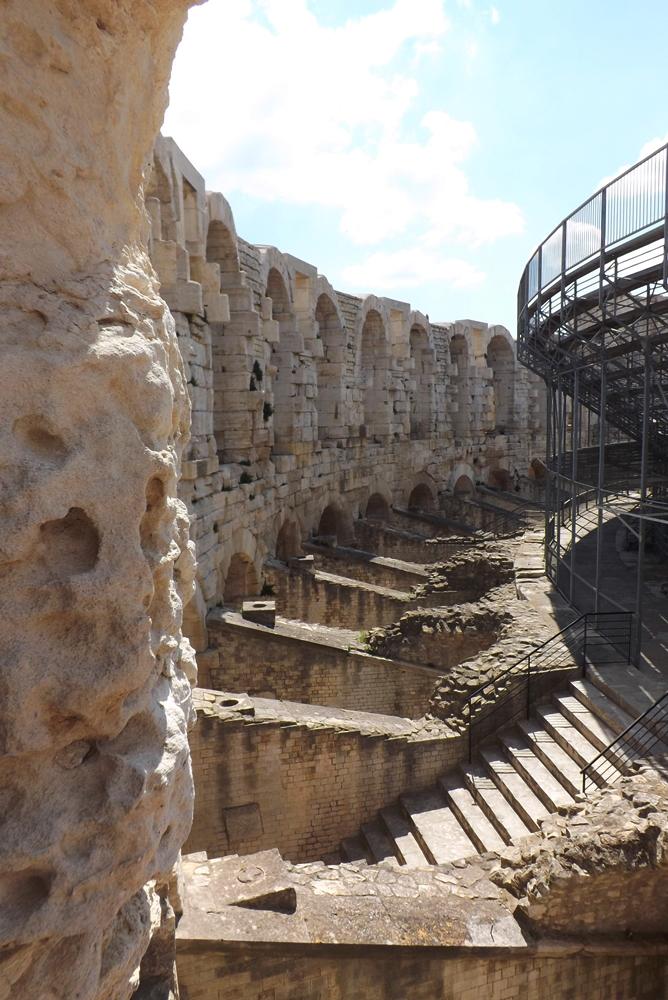 amphitheatre soubassements arles