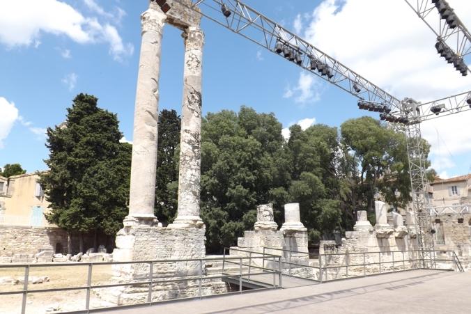 arles colonnes theatre