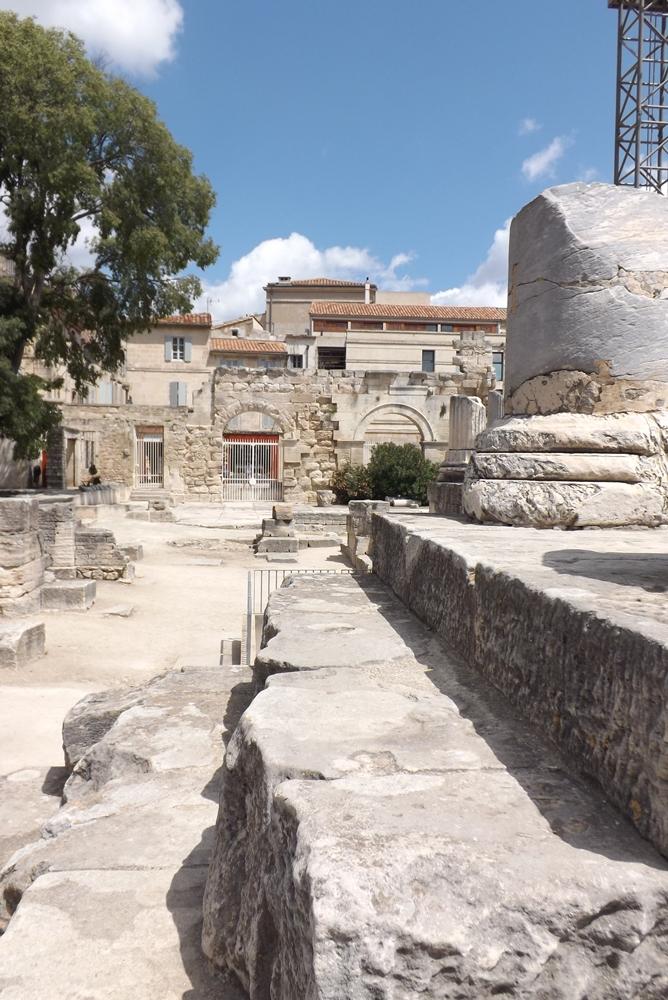 au pied des colonnes du theatre antique d'arles
