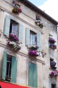 facade fleurie restaurant arles