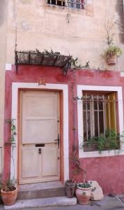 facade rouge arles