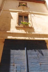 maison jaune portail bleu arles