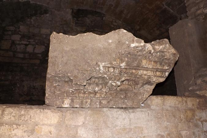 pierre sculptee arles cryptoportique