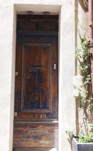 porte bois et peinture bleue arles