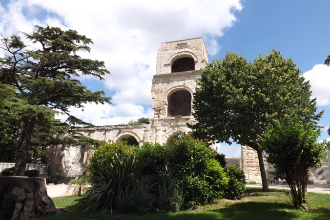 theatre antique arles vu depuis le jardin d'ete