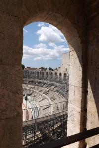 vue sur les gradins de l'amphitheatre d'arles depuis la tour