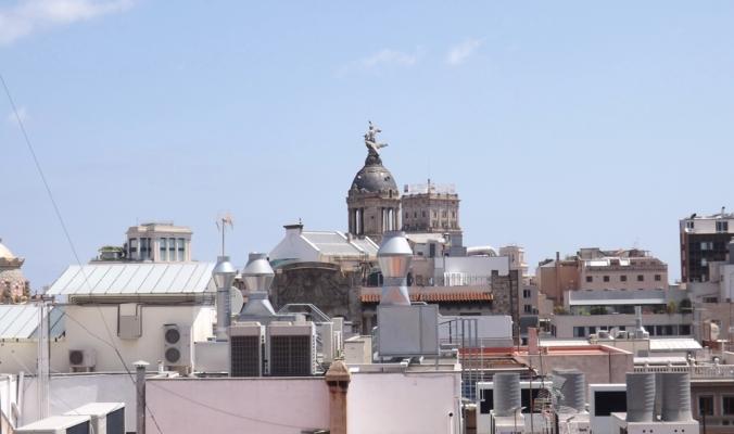 les toits de barcelone vus depuis le toit de la casa batllo