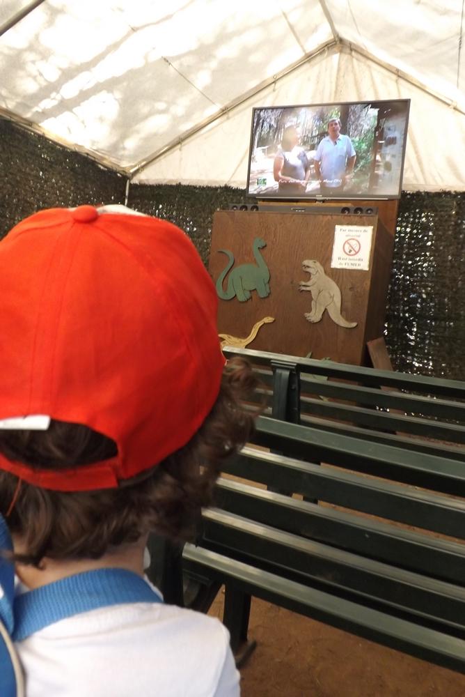 matthieu devant le film du musee parc des dinosaures de eze