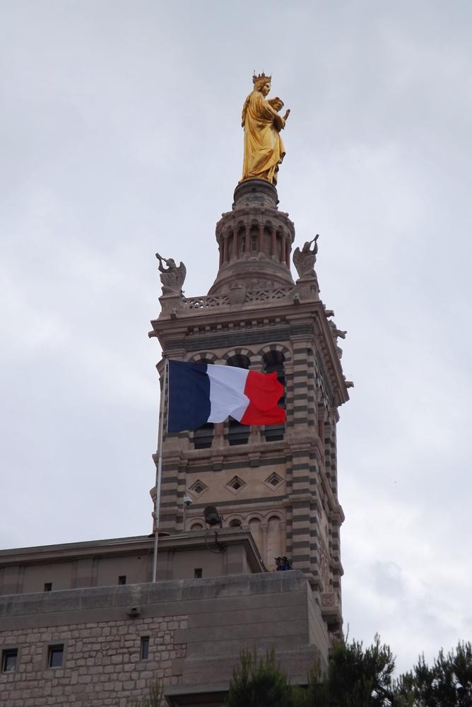 notre dame marseille statue et drapeau