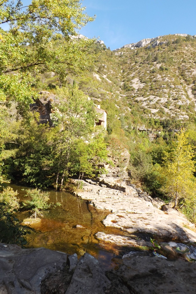 bord-de-la-cascade-la-vis-hameau-navacelles