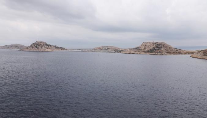 la-vue-sur-iles-du-frioul-depuis-sommet-tour-chateau-dif-marseille