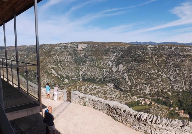 la-vue-sur-le-cirque-de-navacelles-depuis-la-terrasse-du-restaurant
