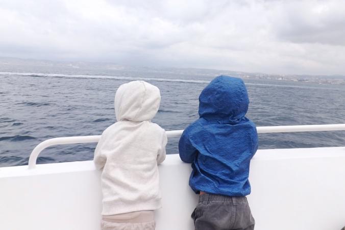 les-garcons-sur-le-bateau-vers-le-chateau-dif