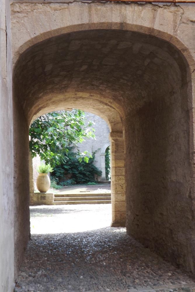 passage-entre-deux-cours-hotel-dalfonce-pezenas
