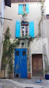 volets-bleus-et-trotinette